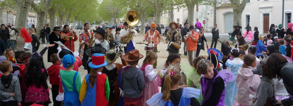Photo des élèves des écoles publiques pendant le carnaval.
