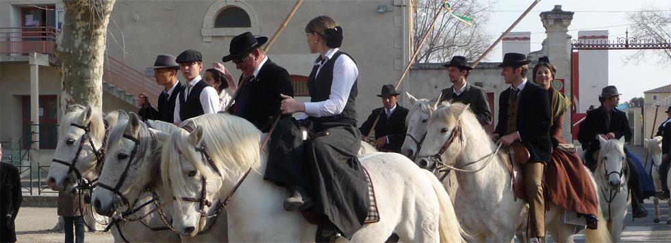 Photo prise durant une des journée en hommage à Fanfonne Guillierme, on y voit des cavaliers et des arlésiennes.
